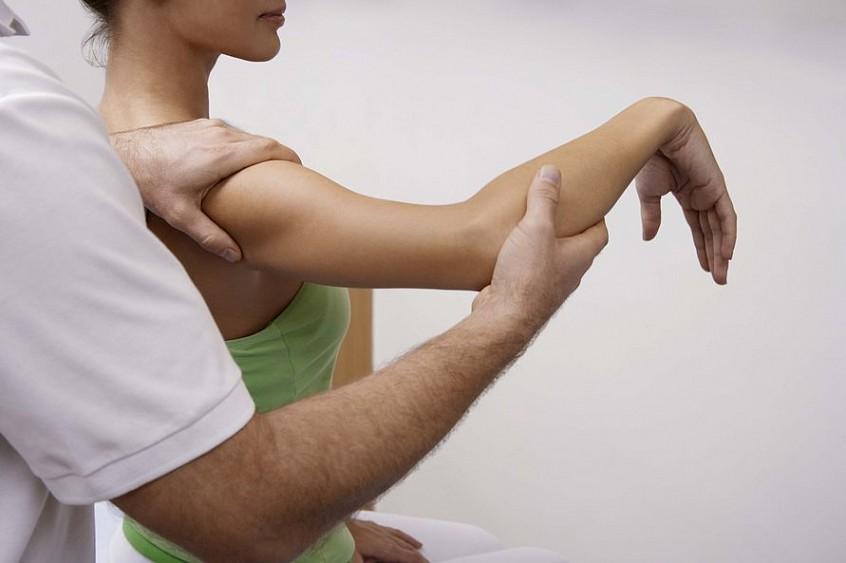 Массажем тщательно разогреть мышцы