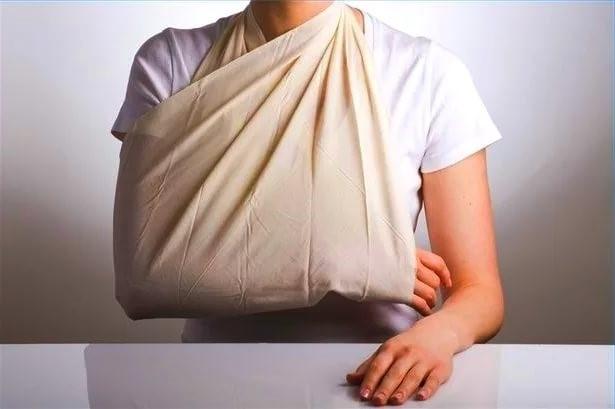 Фиксация поврежденной руки