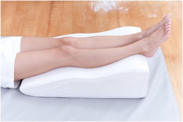 Приподнятые ноги помогут при отеке