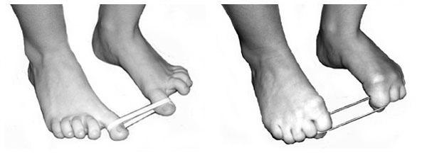 Растягивание резинки пальцами ног